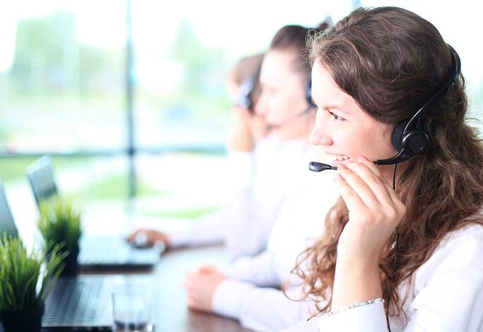 Agentin nutzt Callcenter-Software: telegra Cloud ACD